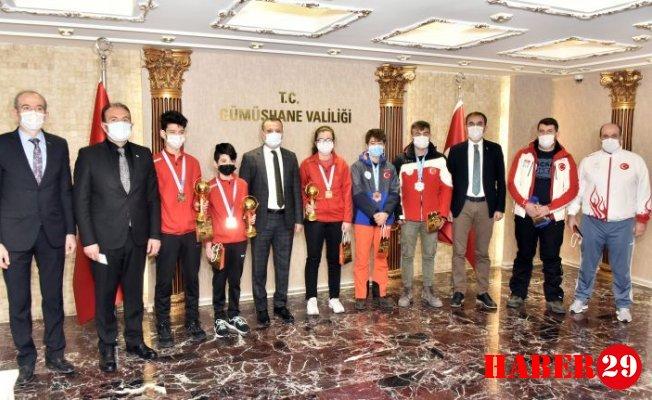 Vali Taşbilek Şampiyon Sporcuları Ödüllendirdi