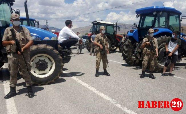 Gümüşhane'de Çiftçiler Traktörlerle Yolu Kapattı